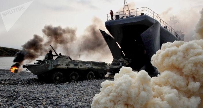 Transportery opancerzone z rosyjskimi żołnierzami piechoty morskiej