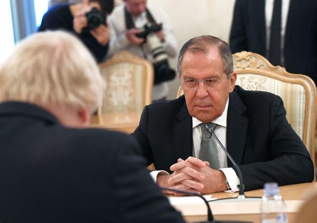 Minister spraw zagranicznych Rosji Siergiej Ławrow w czasie spotkania z ministrem spraw zagranicznych Wielkiej Brytanii Borisem Johnsonem