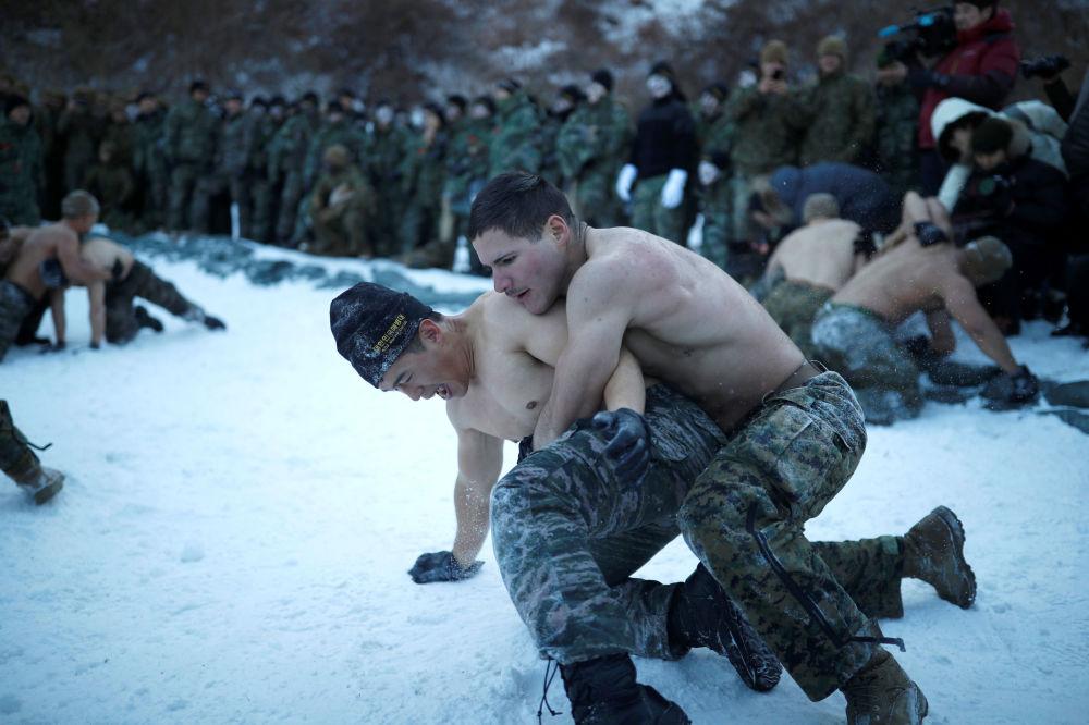 Trening zimowy amerykańskich i południowokoreańskich żołnierzy piechoty morskiej w Pjongczangu.