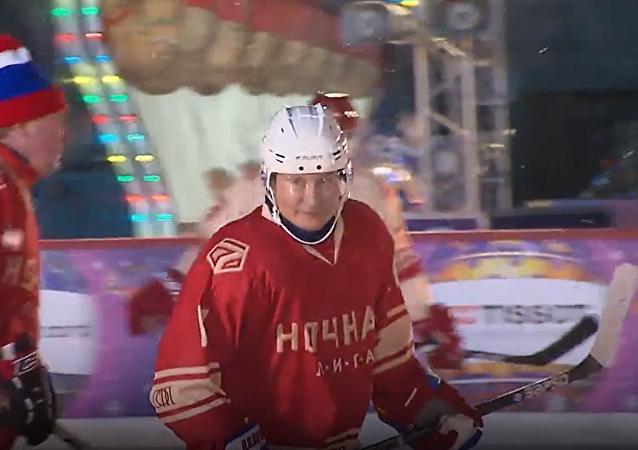 Władimir Putin zagrał w meczu Nocnej Ligi Hokeja na Placu Czerwonym