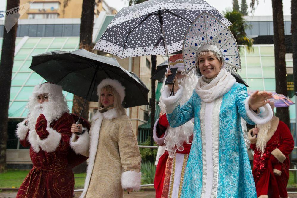 Uczestnicy parady Dziadków Mrozów w Soczi