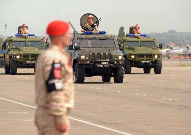 Defilada wojskowa w rosyjskiej bazie lotniczej Hmejmim w Syrii