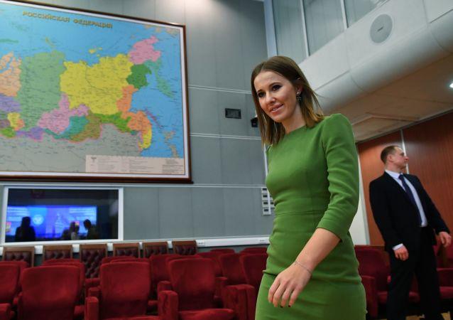 Prezenterka telewizyjna Ksenia Sobczak w czasie składania dokumentów do Centralnej Komisji Wyborczej