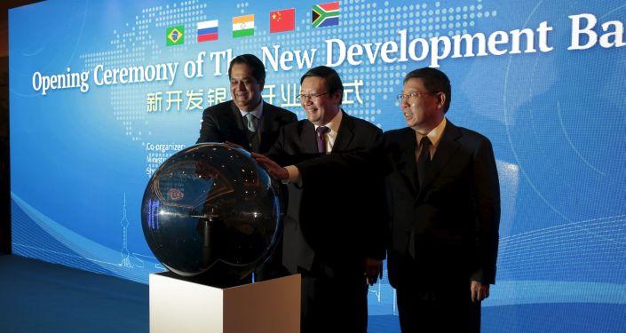 Prezes Banku Rozwoju BRICS Kundapur Vaman Kamath, minister finansów Chin Lou Jiwei oraz prezydent Szanghaju Yang Xiong na ceremonii oficjalnego rozpoczęcia pracy Nowego Banku Rozwoju BRICS w Szanghaju.
