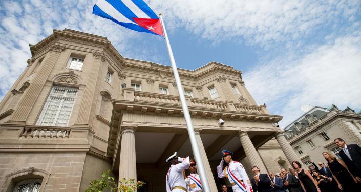 Minister spraw zagranicznych Kuby Bruno Rodriguez przy budynku ambasady Kuby w Waszyngtonie