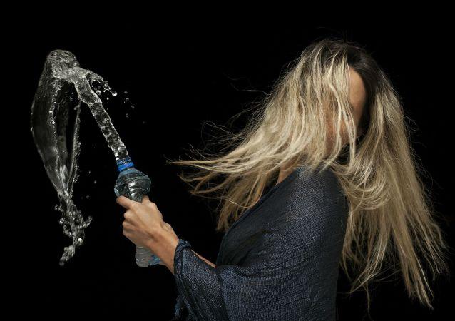 Dziewczyna z butelką wody