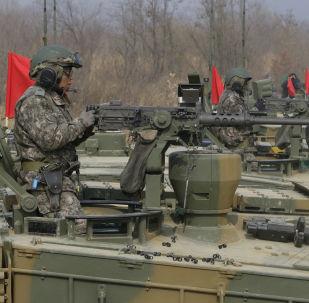 Południwokoreańscy wojskowi prowadzą ogień z czołgów K-2