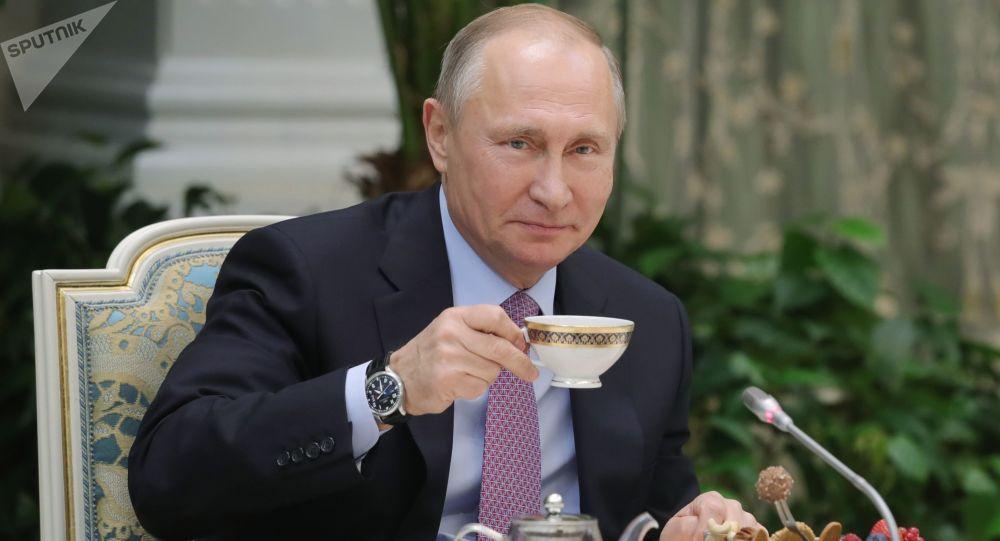 Władimir Putin pije herbatkę