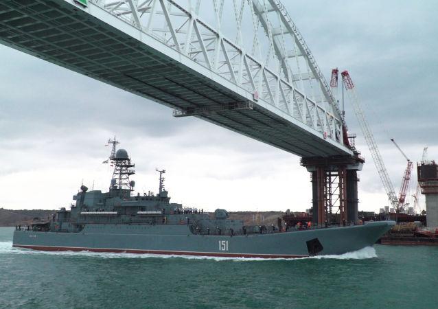 Okręt desantowy Floty Czarnomorskiej płynie po Zatoce Kerczeńskiej