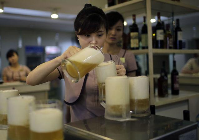 Kelnerki rozlewające piwo w jednym z barów w Pjongjangu