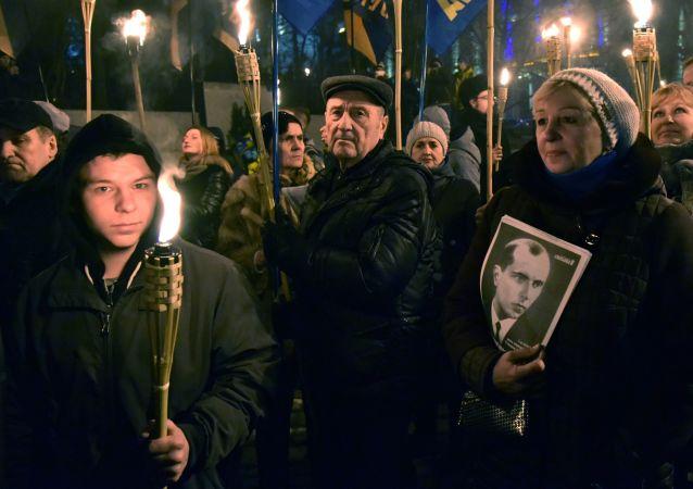 Uczestnicy marszu nacjonalistów w dniu 109. rocznicy urodzin Stepana Bandery we Lwowie