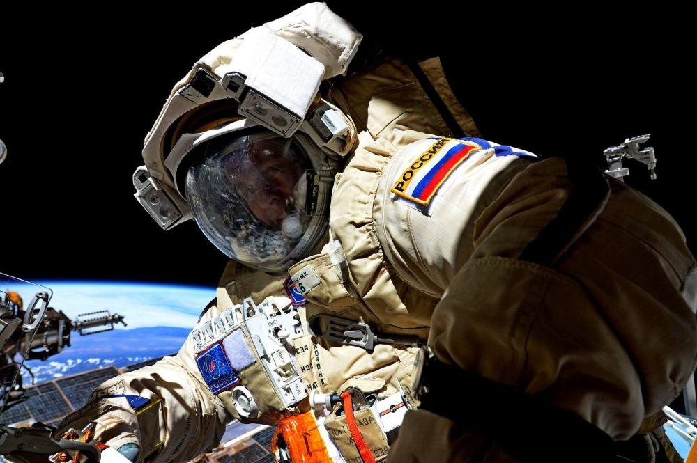 Kosmonauta Roskosmosu Siergiej Riazanski podczas wyjścia w otwarty kosmos 17 sierpnia 2017.