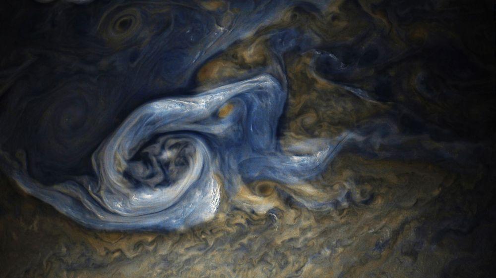 Automatyczna stacja Juno otrzymała niezwykle szczegółowe fotografie Jowisza, na których można zobaczyć gigantyczny huragan o wielkości jednej czwartej Ziemi.