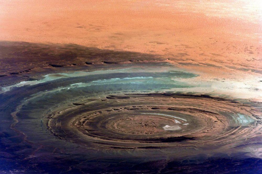 Kosmonauta Siergiej Riazański z pokładu Międzynarodowej Stacji Kosmicznej zrobił zdjęcie niezwykłej formacji geologicznej Kalb ar-Riszat (Oko Sahary), która być może pojawiła się po upadku dużego meteorytu.