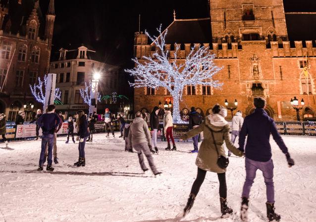 Lodowisko na centralnym placu belgijskiego miasta Brugia