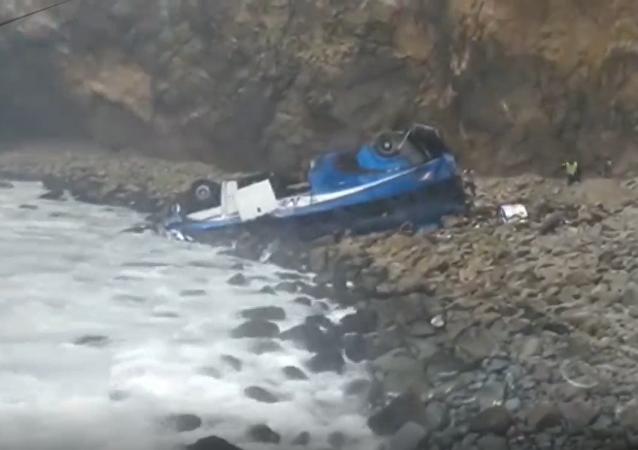 Autobus z ponad 50 pasażerami  spadł w stumetrową przepaść po kolizji z wagonem w Peru