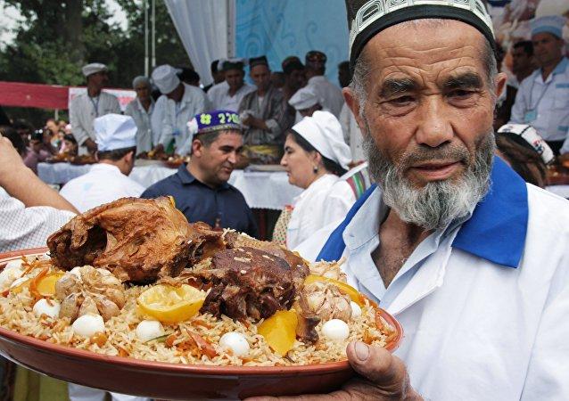 Uczestnik konkursu na najlepszy płow w Tadżykistanie