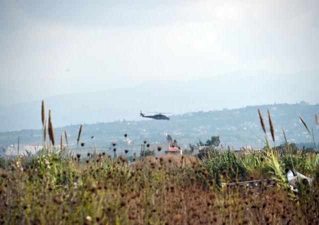 Rosyjski helikopter Mi-24 patroluje okolice bazy lotniczej Hmeimim w syryjskiej prowincji Latakia