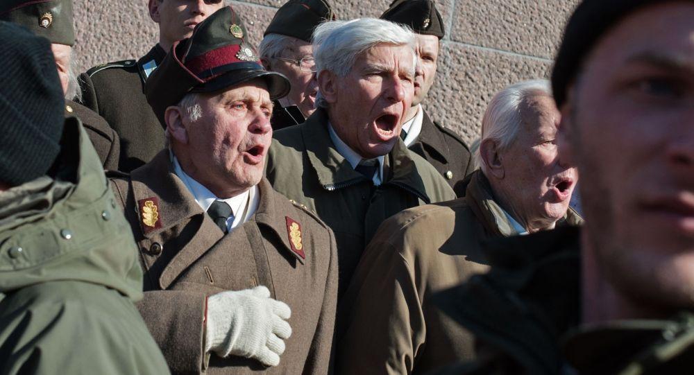 Weterani SS na marszu w Rydze