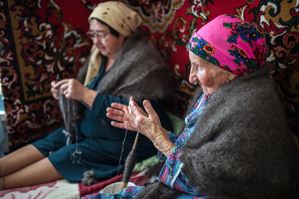 Rękodzielnicy z Orenburga robią szale z koziej wełny.