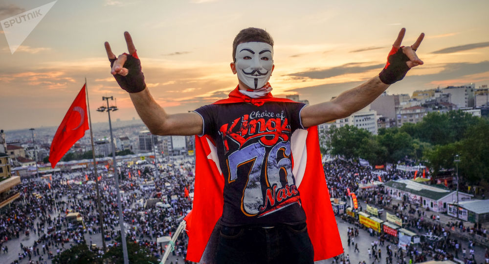 Demonstranci na placu Taksim w Stambulu