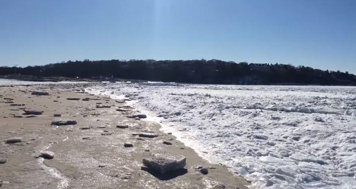 Zamarznięty ocean, sfilmowany przez mieszkańca Massachusetts Ryan'a Candy