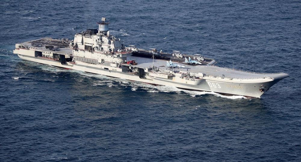 """Brytyjska marynarka wojenna i siły powietrzne eskortują rosyjskie okręty """"Piotr Wielki"""" i """"Admirał Kuzniecow"""""""