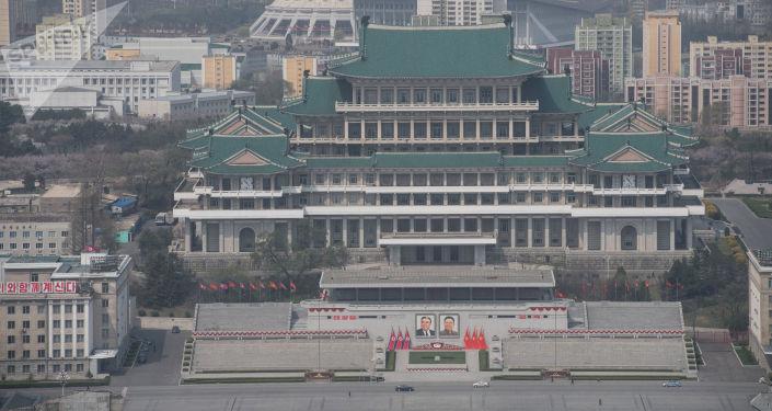 Widok na Bibliotekę Centralną Pjongjangu z Wieży Idei Dżucze