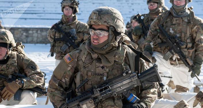 Amerykańscy żołnierze podczas demonstracji sprzętu wojskowego i broni NATO na Łotwie