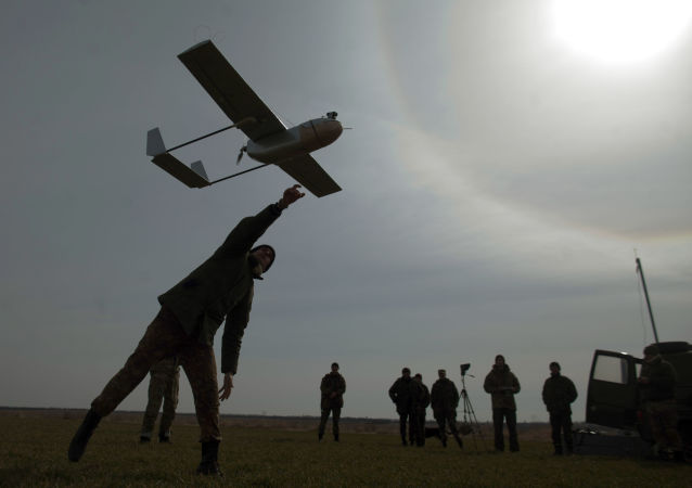 Żołnierz ukraińskiej armii z dronem