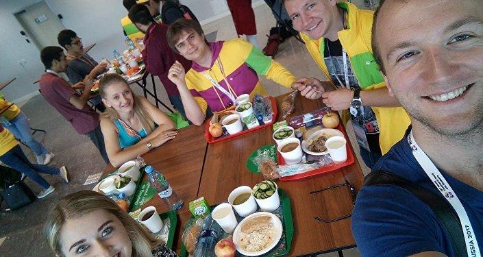 Członkowie polskiej delegacji podczas obiadu