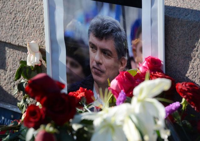 Kwiaty i portret na miejscu zabójstwa polityka, działacza społecznego Borysa Niemcowa na Dużym Moście Moskworeckim w Moskwie