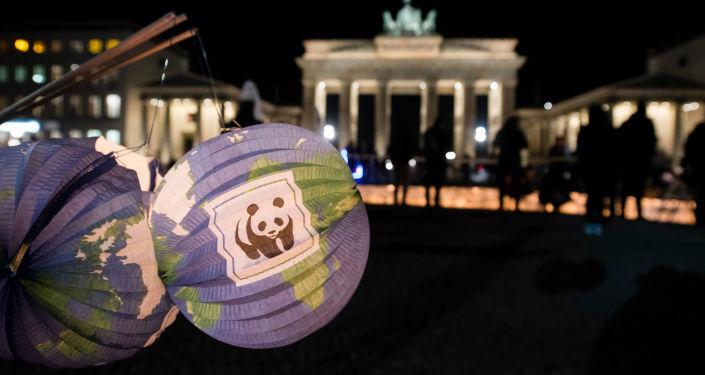 Papierowe latarnie z logo WWF w pobliżu Bramy Brandenburskiej w Berlinie