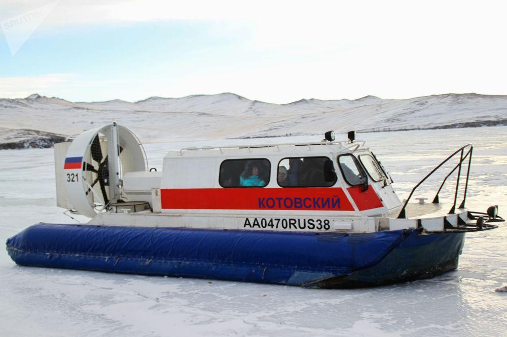 Łódź turystyczna na lodzie jeziora Bajkał