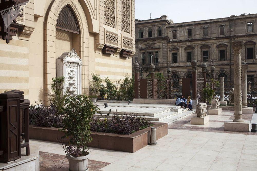Jeszcze jedną atrakcją Kairu jest Muzeum Sztuki Islamskiej, które zostało otwarte w 1881 roku.