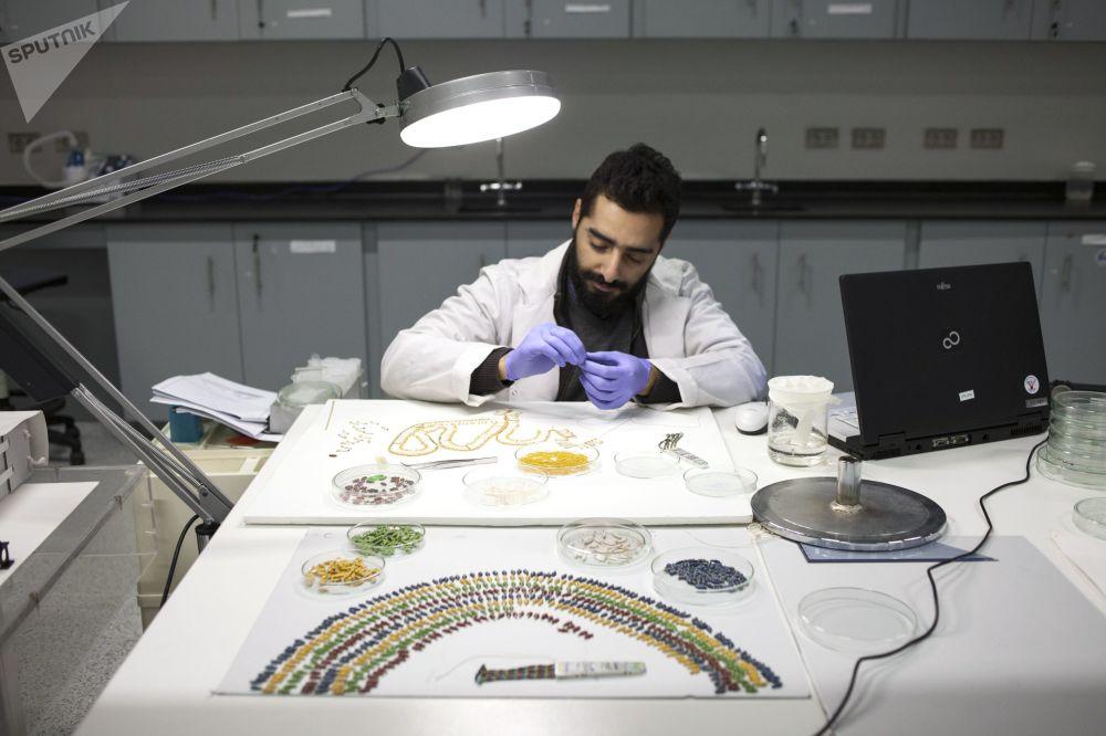 Restauracja naszyjnika Tutenchamona w warsztacie Wielkiego Muzeum Egipskiego w Gizie.