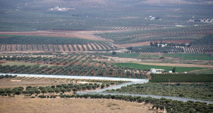 Widok na syryjskie miasto Afrin na granicy z Turcją