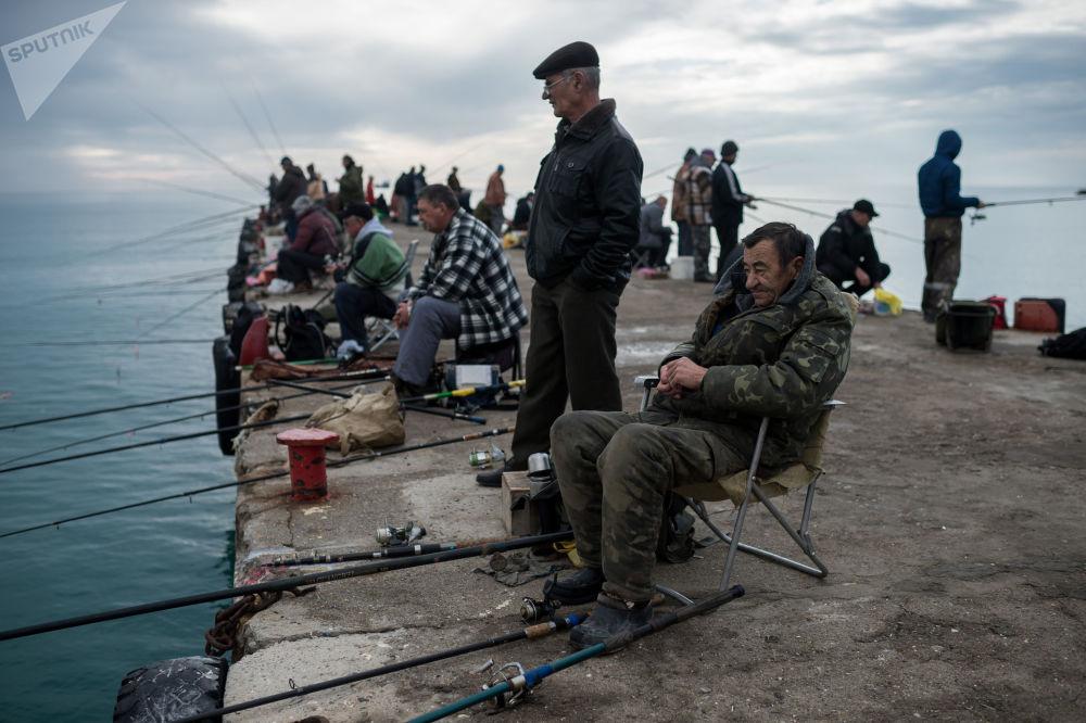 Rybacy w mieście Sudak