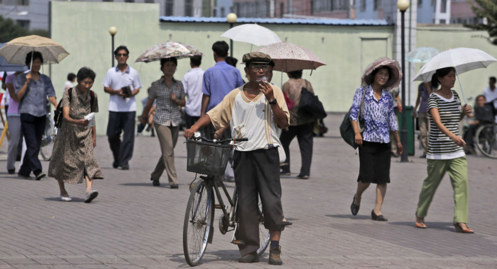 Mężczyzna palący na ulicy Pjongjangu