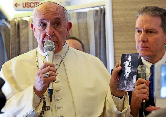 Papież Franciszek na pokładzie samolotu w czasie rozmowy z dziennikarzami