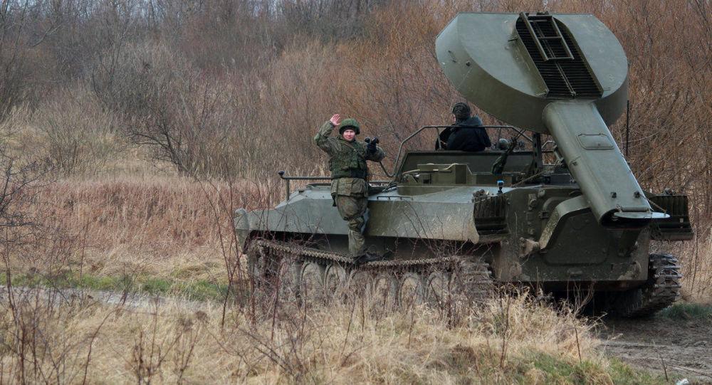 """Samobieżna wyrzutnia rakiet UR-77 """"Meteoryt"""" podczas szkoleń z rozminowywania w obwodzie kaliningradzkim"""