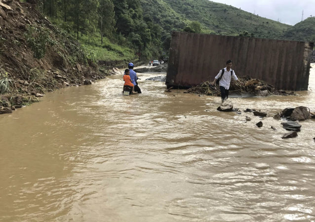Mieszkańcy rejonu, który ucierpiał wskutek powodzi w północnym Wietnamie