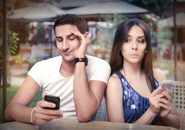 Dziewczyna zerka na telefon chłopaka