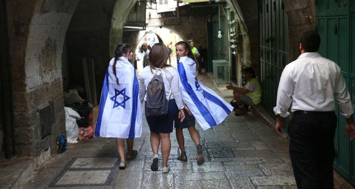 Dziewczyny z izraelskimi flagami w Jerozolimie
