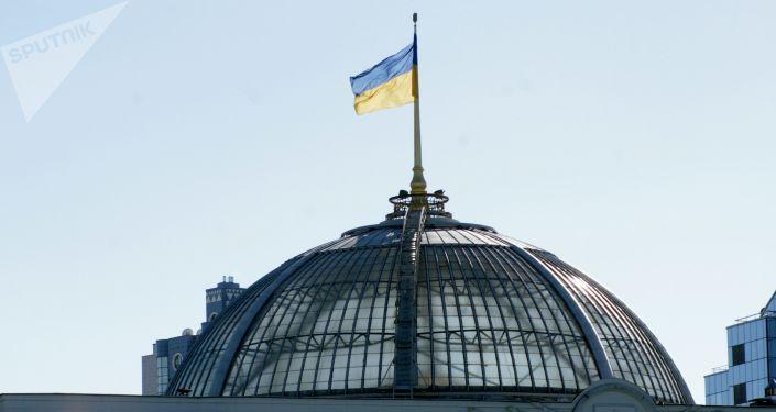 Flaga na dachu Rady Najwyższej Ukrainy w Kijowie