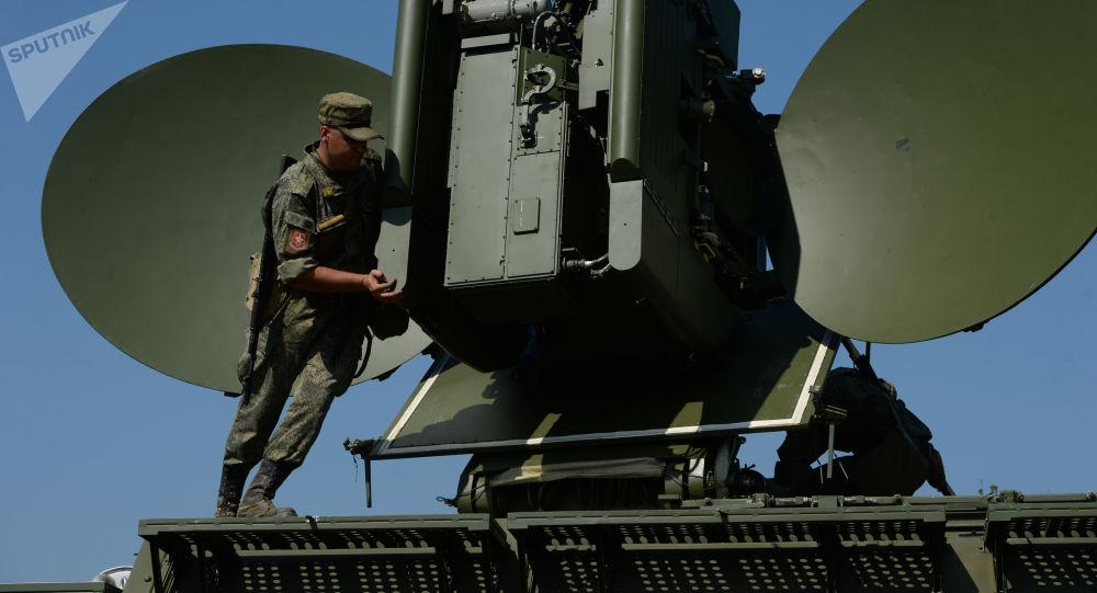 Rozmieszczenie naziemnego wielofunkcyjnego modułu interferencyjnego Krasucha-4 podczas ćwiczeń taktycznych z pododdziałami walki radioelektronicznej Centralnego Okręgu Wojskowego