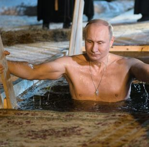Władimir Putin z okazji Święta Chrztu Pańskiego zanurzył się w przerębli jeziora Seliger