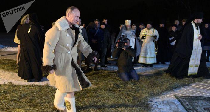 Władimir Putin przed tradycyjną kąpielą w przerębli jeziora Seliger z okazji Święta Chrztu Pańskiego