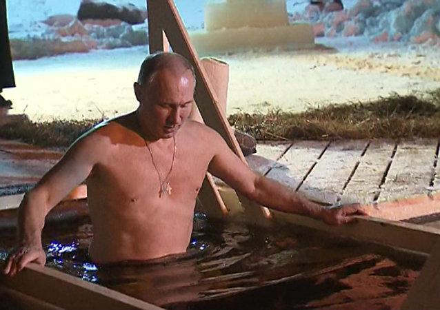 Putin w lodowatej wodzie