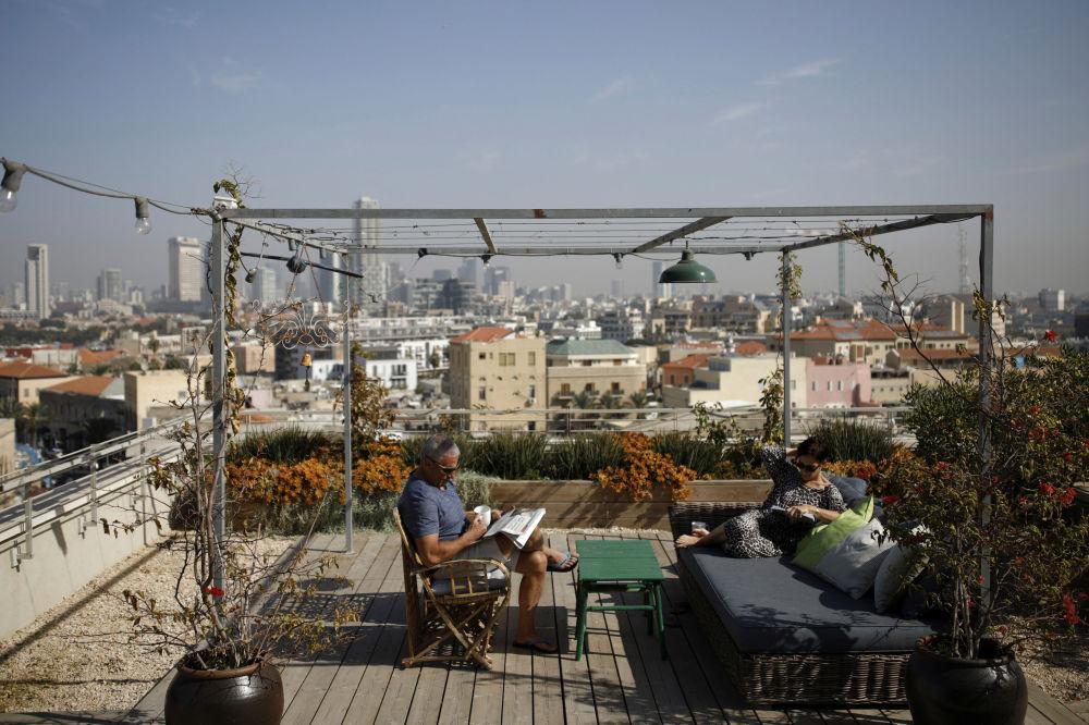 Para odpoczywa na tarasie na dachu domu w Tel Awiwie.